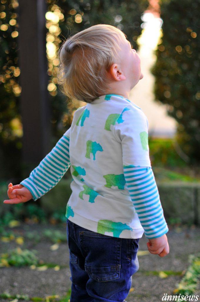 Stoffe Kaufen und Kinderstoffe kaufen Junge Lacht mit Kinderstoff und Eisbär blau